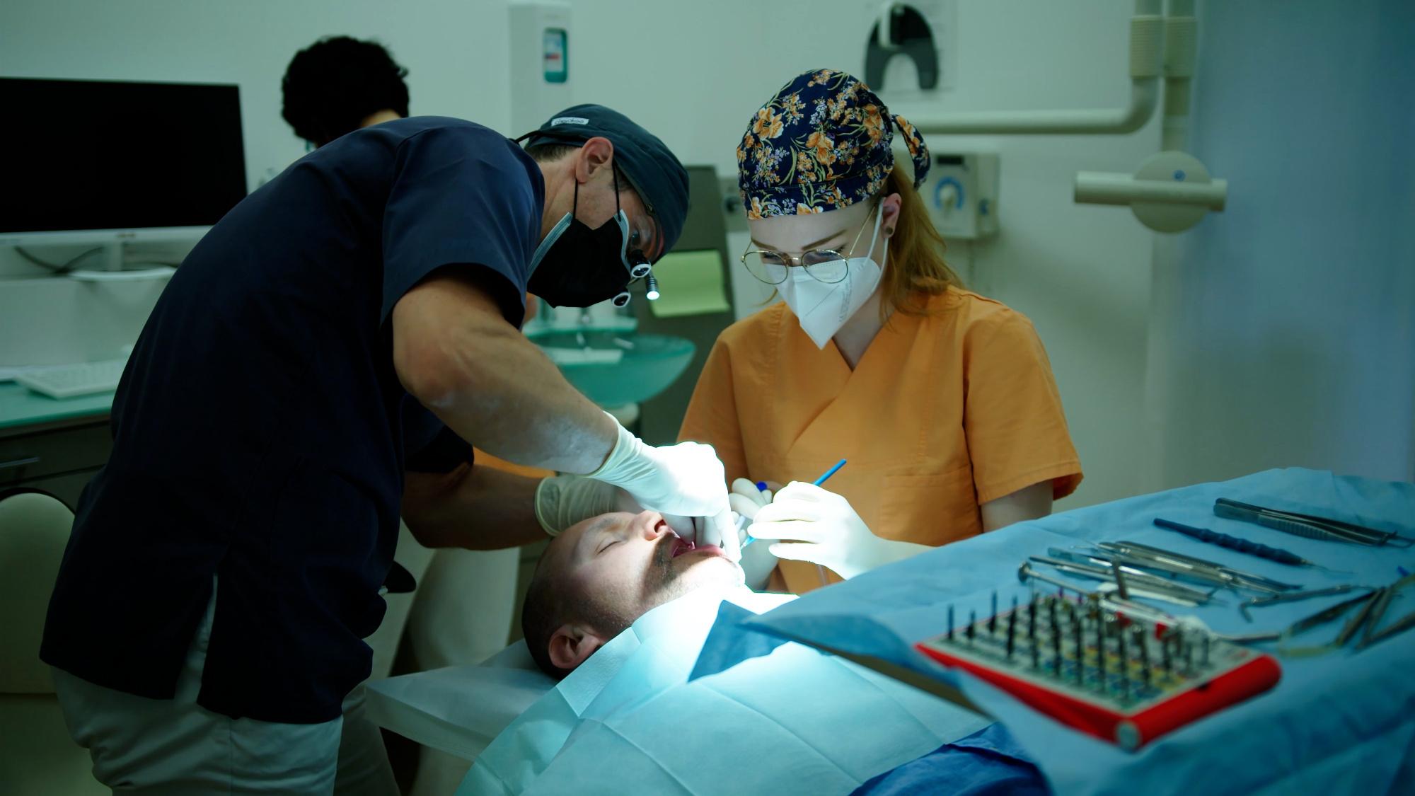Inserimento di un impianto dentale sotto autoipnosi: «È stato facile spegnere il dolore»